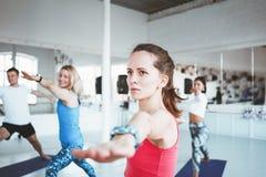 Grupo de poses praticando da ioga da mulher adulta Cuidados médicos e estilo de vida imagens de stock