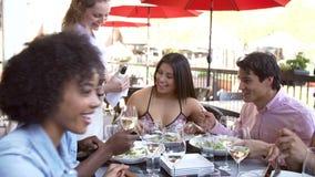Grupo de Pouring Wine For de la camarera de amigos en el restaurante almacen de metraje de vídeo