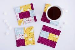 Grupo de pousas-copos coloridas acolchoadas dos retalhos fotografia de stock royalty free
