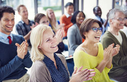 Grupo de povos alegres multi-étnicos que aplaudem Fotografia de Stock