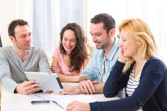 Grupo de 4 povos atrativos novos que trabalham em um portátil Imagens de Stock Royalty Free
