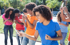 Grupo de povos cheering que usam 4g com telefone Fotos de Stock Royalty Free