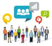 Grupo de povos coloridos multi-étnicos com símbolos do negócio imagens de stock