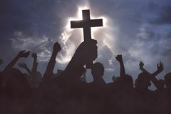 Grupo de povos cristãos que rezam a Jesus christ imagem de stock