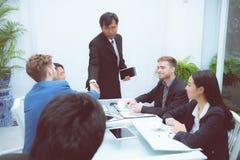 Grupo de povos da equipe do negócio que agitam a mão com sucesso, agreeme foto de stock royalty free