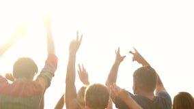 Grupo de povos de dança com mãos levantadas fora vídeos de arquivo