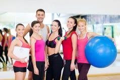 Grupo de povos de sorriso no gym Imagens de Stock Royalty Free