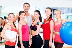 Grupo de povos de sorriso no gym Fotografia de Stock
