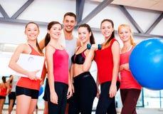 Grupo de povos de sorriso no gym Imagem de Stock