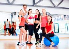 Grupo de povos de sorriso no gym Foto de Stock
