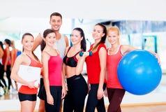 Grupo de povos de sorriso no gym Fotos de Stock Royalty Free