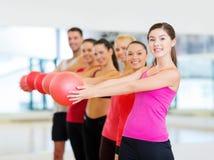 Grupo de povos de sorriso que dão certo com bola Foto de Stock