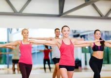 Grupo de povos de sorriso que exercitam no gym Fotos de Stock Royalty Free
