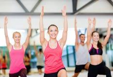 Grupo de povos de sorriso que exercitam no gym Fotos de Stock