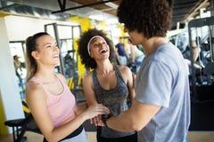 Grupo de povos desportivos em um gym Conceitos sobre o estilo de vida e o esporte em um clube de aptid?o fotos de stock royalty free