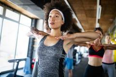 Grupo de povos desportivos em um treinamento do Gym foto de stock