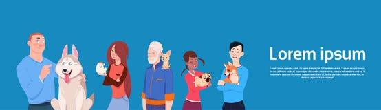 Grupo de povos diferentes que guardam proprietários bonitos dos cães com animais de estimação ilustração royalty free