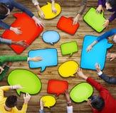 Grupo de povos diversos que guardam bolhas do discurso Foto de Stock Royalty Free