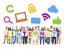Grupo de povos diversos que guardam o Internet da palavra Fotos de Stock
