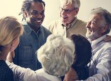 Grupo de povos diversos que recolhem junto trabalhos de equipa do apoio fotografia de stock royalty free