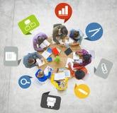 Grupo de povos diversos que trabalham em uma equipe foto de stock royalty free