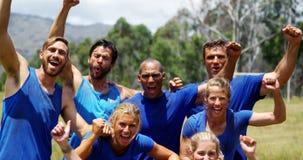 Grupo de povos do ajuste que cheering junto no campo de treinos de novos recrutas 4k video estoque