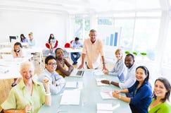 Grupo de povos incorporados alegres que têm sua reunião Imagens de Stock Royalty Free