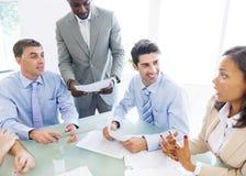 Grupo de povos incorporados que têm uma conversação do negócio Fotografia de Stock Royalty Free