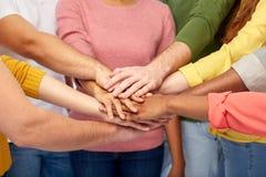 Grupo de povos internacionais com mãos junto Foto de Stock Royalty Free