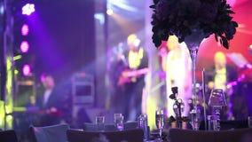 Grupo de povos mostrados em silhueta que dançam em um salão escuro do banquete para um copo de água O banquete do casamento, danç video estoque