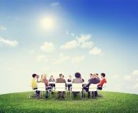 Grupo de povos Multi-étnicos em torno da tabela de conferência Imagem de Stock