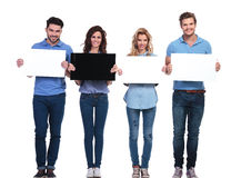 Grupo de povos ocasionais que apresentam cartões vazios Fotografia de Stock