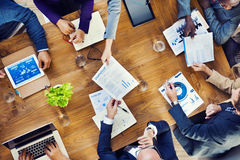 Grupo de povos ocupados multi-étnicos que trabalham em um escritório Foto de Stock Royalty Free