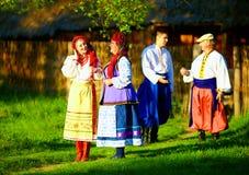 Grupo de povos ucranianos que andam a vila após festividades populares imagem de stock royalty free