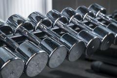 Grupo de prata do peso do metal Feche acima muitos pesos do metal na cremalheira no gym fotos de stock
