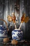 Grupo de pratos de porcelana decorativos imagens de stock
