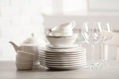 Grupo de pratos limpos imagem de stock