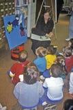 Grupo de pre-schoolers con el profesor Imagen de archivo libre de regalías
