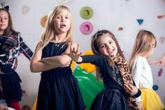 Grupo de preescolares felices que bailan en sala de juegos imagenes de archivo