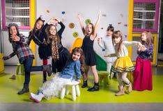 Grupo de preescolares felices que bailan en sala de juegos imágenes de archivo libres de regalías