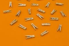 Grupo de pregadores de roupa de madeira no fundo brilhante Fotos de Stock Royalty Free