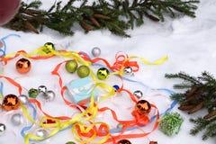Grupo de presentes do Natal A decoração de presentes vermelhos, cor-de-rosa e brancos perto da árvore de Natal brinca Tempo de in Foto de Stock Royalty Free