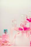 Grupo de produtos cosmético cor-de-rosa em umas garrafas no fundo pastel, vista dianteira Beleza e conceito dos cuidados com a pe Imagem de Stock Royalty Free
