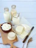 Grupo de produtos láteos frescos no fundo de madeira: leite, queijo, casa de campo, iogurte, ovo, mussarela, ryazhenka, feta Fotos de Stock