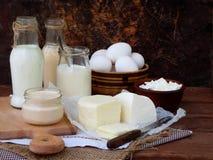 Grupo de produtos láteos frescos no fundo de madeira: ordenhe o feta do ryazhenka da mussarela do ovo do iogurte da casa de campo Imagem de Stock Royalty Free