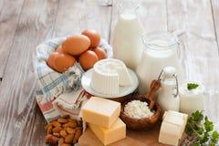Grupo de produtos de leite diferentes na tabela de madeira ristic Foto de Stock Royalty Free