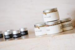 Grupo de produtos variáveis do recipiente dos cuidados com a pele na prateleira de mármore Foto de Stock Royalty Free