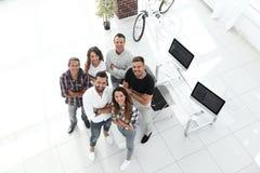 Grupo de profesionales creativos que se colocan en oficina Fotos de archivo libres de regalías