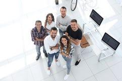Grupo de profissionais criativos que estão no escritório Imagem de Stock Royalty Free