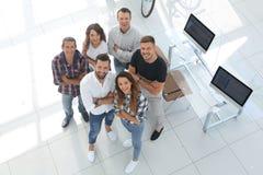 Grupo de profissionais criativos que estão no escritório Imagens de Stock Royalty Free